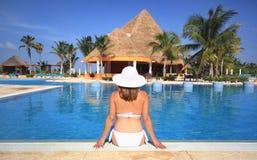 Femme dans un bikini par la piscine de station balnéaire Images stock