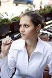 Femme dans un café d'extérieur Image libre de droits