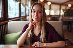 Femme dans un café ou un restaurant photos stock
