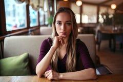 Femme dans un café ou un restaurant images libres de droits