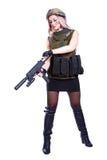 Femme dans un camouflage militaire rechargeant le SMG Photographie stock libre de droits