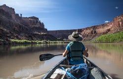 Femme dans un canoë sur la rivière Green de l'Utah images libres de droits