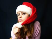 Femme dans un capuchon rouge sur le fond foncé bleu-foncé Photographie stock libre de droits