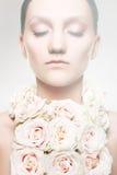 Femme dans un collier de rose et avec le renivellement de mariage Images libres de droits