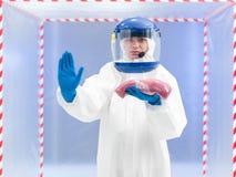 Femme dans un costume de biohazard avec un échantillon de viande Photographie stock