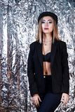 Femme dans un costume de noir de vintage au fond de papier aluminium photos stock
