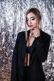 Femme dans un costume de noir de vintage au fond de papier aluminium image stock