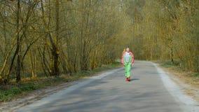 Femme dans un costume de ski dans la forêt clips vidéos