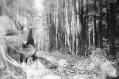 Femme dans un costume de sorcière dans une forêt dense image stock
