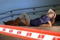 Femme dans un garage Photos stock