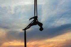 Femme dans un hamac faisant des cascades Photo libre de droits