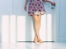 Femme dans un intérieur blanc au soleil Images stock