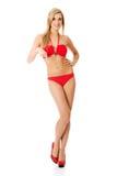 Femme dans un maillot de bain se dirigeant sur l'espace de copie Images stock