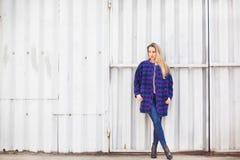 Femme dans un manteau bleu Photographie stock libre de droits