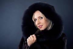 Femme dans un manteau de fourrure Photo stock