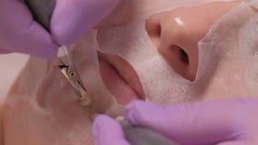 Femme dans un masque cosmetological sur la procédure dans un salon de beauté Thérapie de Microcurrent Se soulevant, retrait de ri banque de vidéos