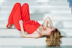 Femme dans un pantsuit rouge photographie stock