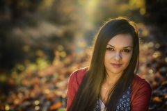 Femme dans un paysage romantique d'automne Photos stock