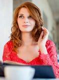 Femme dans un restaurant avec le menu dans des mains Image stock