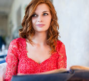 Femme dans un restaurant avec le menu dans des mains Photos libres de droits