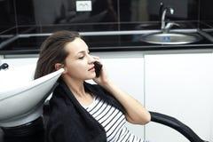 Femme dans un salon de coiffure images libres de droits