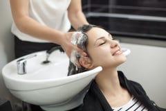 Femme dans un salon de coiffure image stock