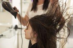 Femme dans un salon de coiffure image libre de droits