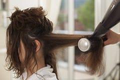 Femme dans un salon de coiffure photo libre de droits