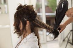 Femme dans un salon de coiffure photographie stock