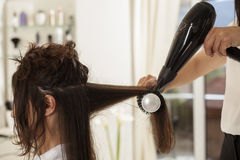Femme dans un salon de coiffure photos libres de droits