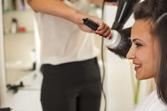 Femme dans un salon de coiffure images stock
