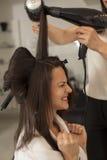 Femme dans un salon de coiffure photo stock