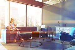 Femme dans un salon panoramique d'appartement terrasse Photo stock
