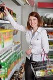Femme dans un supermarché Photos libres de droits
