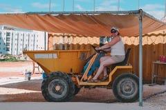 Femme dans un tracteur image stock