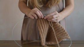 Femme dans un tricotage de bedgown banque de vidéos