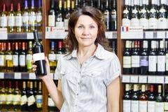 Femme dans un vin store_3 Images libres de droits