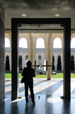 Femme dans une église chrétienne moderne Photographie stock