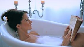Femme dans une baignoire clips vidéos