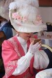 Femme dans une belle robe de style de vintage avec le rouge à lèvres Photographie stock libre de droits
