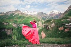 Femme dans une belle robe dans les montagnes Photographie stock