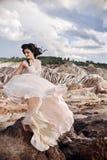 Femme dans une belle robe rose dans les montagnes fabuleuses long Photographie stock libre de droits