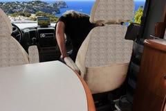 Femme dans une caravane résidentielle de luxe Photos libres de droits
