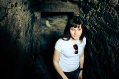 Femme dans une caverne image stock
