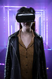 Femme dans une expérience futuriste de réalité virtuelle Photographie stock