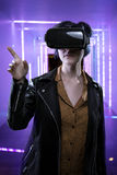 Femme dans une expérience futuriste de réalité virtuelle image stock