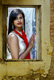Femme dans une fenêtre Photo stock