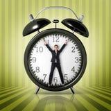 Femme dans une horloge géante image stock
