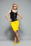 Femme dans une jupe jaune Photographie stock libre de droits
