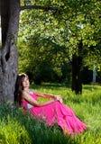 Femme dans une longue robe rose Photographie stock libre de droits